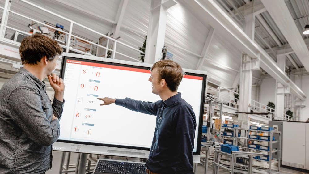 Digital Shopfloor Management in der Praxis: Das Digital Teamboard von SFM Systems im Einsatz beim Shopfloor Meeting.